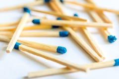 Match mit einem blauen Kopf Stockbilder