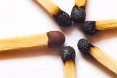 Match neuf simple contre les allumettes brûlées Image stock