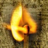 Match und Flamme des Feuers überschneiden mit der alten gemaserten Wand Stockbild