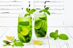 Matcha冰了与石灰和新鲜薄荷的绿茶在白色土气背景 超级食物饮料 免版税库存照片