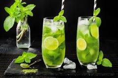 Matcha冰了与石灰和新鲜薄荷的绿茶在黑石板岩背景 超级食物饮料 免版税库存照片