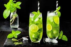 Matcha冰了与石灰和新鲜薄荷的绿茶在黑石板岩背景 超级食物饮料 免版税图库摄影