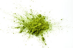 Matcha在白色背景的粉末爆炸 免版税库存图片