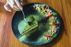 Matcha绿茶冰淇凌蛋糕用草莓和曲奇饼 免版税库存照片