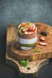 Matcha,杏仁牛奶,可可粉chia种子布丁,果子,薄菏,巧克力 免版税库存图片