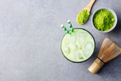 Matcha, πράσινο τσάι πάγου τσαγιού στο γυαλί γκρίζα πέτρα ανασκόπησης Τοπ όψη διάστημα αντιγράφων Στοκ Φωτογραφία