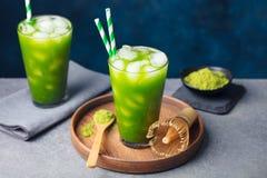 Matcha, πράσινο τσάι πάγου τσαγιού στο ψηλό γυαλί στο ξύλινο πιάτο γκρίζα πέτρα ανασκόπησης διάστημα αντιγράφων Στοκ Εικόνες