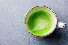Matcha, πράσινο τσάι latte σε ένα φλυτζάνι γκρίζα πέτρα ανασκόπησης Τοπ όψη κλείστε επάνω Στοκ εικόνες με δικαίωμα ελεύθερης χρήσης