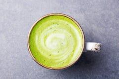 Matcha, πράσινο τσάι latte σε ένα φλυτζάνι γκρίζα πέτρα ανασκόπησης Τοπ όψη Στοκ Εικόνες