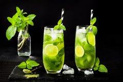 Matcha заморозило зеленый чай с известкой и свежей мятой на черной каменной предпосылке шифера Супер питье еды Стоковое фото RF