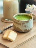 Matcha绿茶和曲奇饼在木盘子 免版税库存图片