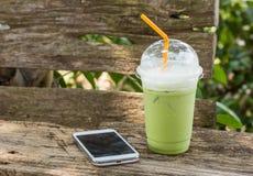matcha绿茶圆滑的人鞭打了奶油 库存照片