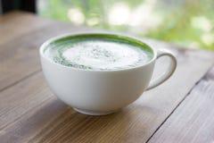 Matcha绿茶在玻璃的拿铁饮料 免版税库存照片