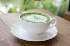 Matcha绿茶在玻璃的拿铁饮料 免版税库存图片
