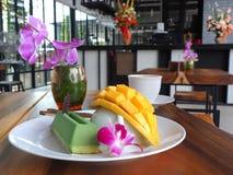 Matcha绿茶奶油甜点蛋糕用成熟芒果 图库摄影