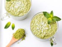 Matcha绿茶chia种子布丁、点心用新鲜薄荷和椰子健康早餐顶视图复制空间 免版税图库摄影