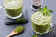 Matcha绿茶chia种子布丁、点心用新鲜薄荷和椰子在一顿黑板岩背景健康早餐 免版税库存图片