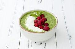 Matcha绿茶chia种子布丁碗、素食主义者点心用莓和椰奶 顶上,顶视图,平的位置 免版税图库摄影