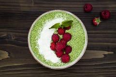 Matcha绿茶chia种子布丁碗、素食主义者点心用莓和椰奶 顶上,顶视图,平的位置 免版税库存图片