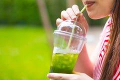 Matcha del té verde del hielo de la bebida de la muchacha imagen de archivo
