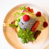 Matcha en chiazaadroomijs en gebraden banaanbrood met verse greens royalty-vrije stock afbeeldingen