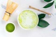 Matcha groene thee latte in een kop stock foto
