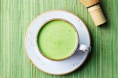 Matcha groene thee latte in een kop Hoogste mening Sluit omhoog royalty-vrije stock afbeelding