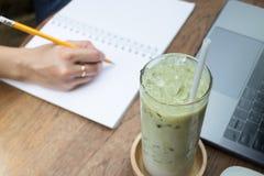 Matcha herbata Z mlekiem Na Kreatywnie pracy stole Obraz Royalty Free