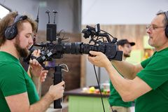 Matcha kameror på uppsättningen Bak platserna av filmskytte eller det videopd produktion- och filmbesättninglaget med kameran fotografering för bildbyråer