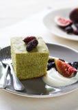 Matcha-Kuchen mit frischer Frucht und Creme Stockfotos