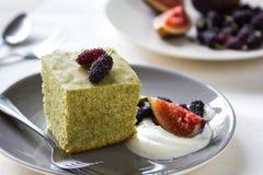 Matcha-Kuchen mit frischer Frucht und Creme Lizenzfreies Stockfoto
