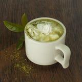 Matcha latte σε έναν πίνακα Στοκ Φωτογραφία