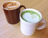Matcha, latte de Matcha, latte del té verde, capuchino, Latte, café del capuchino, café del Latte, arte del Latte, café de la lec Foto de archivo