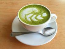 Matcha latte som så är läcker på trä Arkivfoto