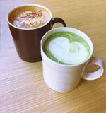 Matcha, Matcha latte, zielonej herbaty latte, Cappuccino, Latte, Cappuccino kawa, Latte kawa, Latte sztuka, Dojna kawa, Śmietanko Obraz Stock
