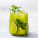 Matcha med is grönt te med limefrukt och den nya mintkaramellen på en marmorbakgrund kopiera avstånd royaltyfria foton