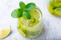 Matcha med is grönt te med limefrukt och den nya mintkaramellen på en marmorbakgrund Top beskådar royaltyfri fotografi