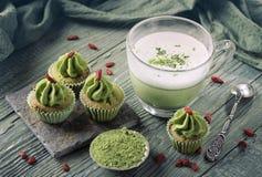 Matcha-Schalenkuchen und matcha Latte Lizenzfreie Stockfotos