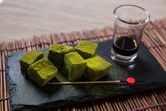 Matcha skära i tärningar grönt te Arkivbilder