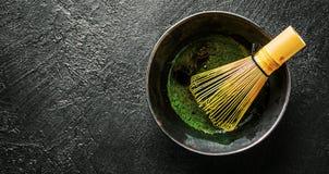 Matcha te i svart bunke p? m?rker fotografering för bildbyråer