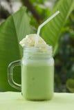 Matcha zielonej herbaty smoothie whiped kremowa polewa Zdjęcie Stock