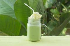 Matcha zielonej herbaty smoothie whiped kremowa polewa Obraz Stock