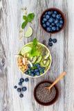 Matcha zielonej herbaty superfoods śniadaniowi smoothies rzucają kulą nakrywają z chia, lnem i dyniowymi ziarnami, pszczoły polle Obrazy Royalty Free