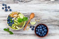Matcha zielonej herbaty superfoods śniadaniowi smoothies rzucają kulą nakrywają z chia, lnem i dyniowymi ziarnami, pszczoły polle Zdjęcia Royalty Free
