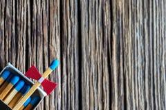 Matchbox na starym drewnianym stole, teksta teren, świętuje pojęcie Obraz Stock