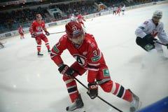 Matchen mellan hockey klubbar Avtomobilist Yekaterinburg och Metallurg Novokuznetsk 09/23/2014 Arkivbild