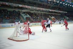 Matchen mellan hockey klubbar Avtomobilist Yekaterinburg och Metallurg Novokuznetsk 09/23/2014 Royaltyfri Bild