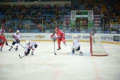 Matchen mellan hockeyklubbor Royaltyfri Bild