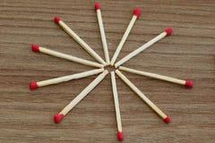 Matchpinne Unburnt matchpinne Matchpinnar på den wood tabellen fotografering för bildbyråer
