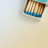 Matchs bleus dans la boîte d'allumettes de vintage Images stock